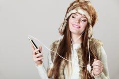 Девушка зимы наслаждаясь музыкой Стоковое Изображение RF
