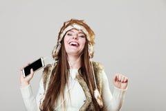Девушка зимы наслаждаясь музыкой Стоковое Изображение