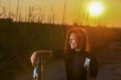 Девушка змея занимаясь серфингом Стоковое Изображение RF