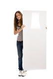 девушка знамени держа длинних вертикальных детенышей Стоковая Фотография RF
