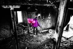 Девушка зомби в довольно розовом пальто Стоковое Фото