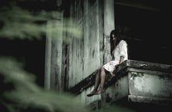 Девушка зомби в хеллоуине Стоковая Фотография RF