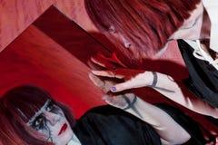 Девушка зомби смотря себя в зеркале Стоковые Изображения