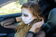 Девушка зомби с подбитыми глазами и кровопролитный рот в автомобиле Стоковая Фотография RF