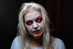 Девушка зомби с подбитыми глазами и кровопролитный рот на хеллоуине Стоковая Фотография RF
