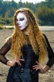 Девушка зомби с подбитыми глазами и кровопролитный рот на хеллоуине Стоковое Изображение