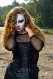 Девушка зомби с подбитыми глазами и кровопролитный рот на хеллоуине Стоковое фото RF