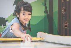 Девушка играет игру хоккея воздуха Стоковые Фотографии RF