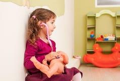 Девушка играет доктора Стоковая Фотография