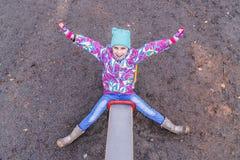 Девушка играет потеху на спортивной площадке Стоковое Изображение RF