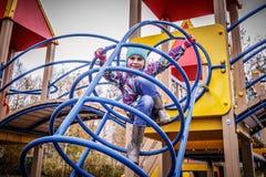 Девушка играет потеху на спортивной площадке Стоковое Изображение
