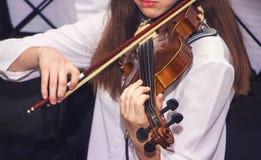 Девушка играет скрипку во время концерта Выполнять классическое music_ стоковое фото