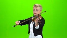 Девушка играет состав скрипки зеленый экран сток-видео