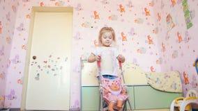 Девушка играет с прогулочной коляской в которой кукла сидит акции видеоматериалы