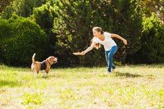 Девушка играет с собакой в дворе Стоковое фото RF
