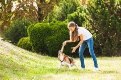 Девушка играет с собакой в дворе Стоковые Фотографии RF