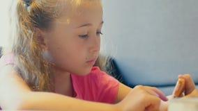 Девушка играет с телефоном акции видеоматериалы