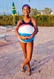 Девушка играет с шариком в бассейне на заходе солнца Стоковая Фотография RF