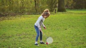 Девушка играя бадминтон в парке акции видеоматериалы