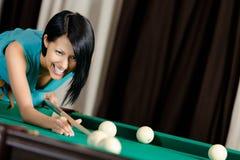Девушка играя биллиард Стоковые Фотографии RF