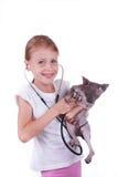 Девушка играя ветеринар с shpinx кота Стоковое фото RF