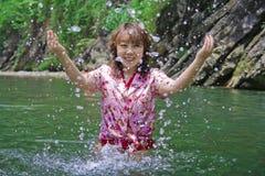 девушка играя воду Стоковое Изображение