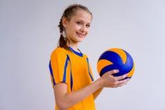 девушка играя волейбол Стоковые Фото
