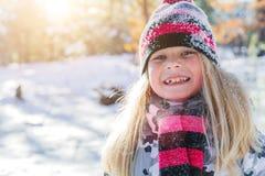 Девушка играя в большом снеге в зиме Стоковая Фотография RF