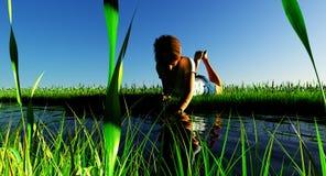 Девушка играя в воде Стоковая Фотография