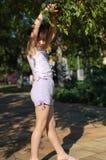 Девушка играя в парке Стоковое фото RF