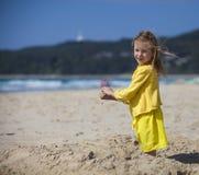 Девушка играя в песке на пляже Стоковые Изображения RF