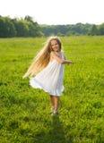 Девушка играя в поле Стоковые Фотографии RF