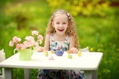 Девушка играя в саде Стоковое фото RF