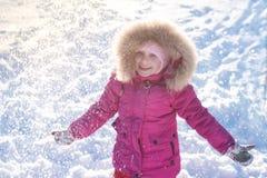 Девушка играя в снеге в зиме стоковое фото rf