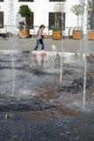 Девушка играя в фонтане Стоковые Фото