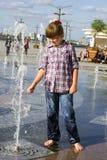 Девушка играя в фонтане Стоковые Изображения