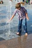 Девушка играя в фонтане Стоковое фото RF