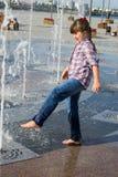 Девушка играя в фонтане Стоковые Фотографии RF