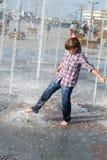 Девушка играя в фонтане Стоковое Изображение RF