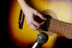 Девушка играя гитару для записывать Стоковые Изображения RF