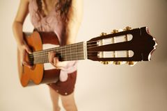 Девушка играя гитару стоковое фото
