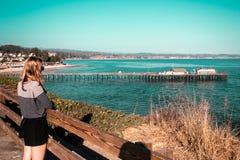 Девушка играя главные роли на море на побережье Калифорнии стоковая фотография