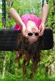 девушка играя детенышей автошины качания Стоковые Фото