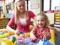 девушка играя детенышей женщины Стоковое Изображение RF