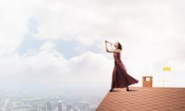 Девушка играя ее мелодию на файфе на дне лета ярком Мультимедиа стоковое изображение rf