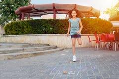 Девушка играя игру классиков на асфальте на спортивной площадке стоковая фотография rf