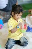 Девушка играя крытую спортивную площадку песка Стоковые Изображения RF