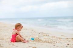 девушка играя малыша песка Стоковая Фотография