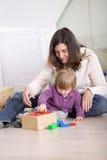 девушка играя малыша Стоковая Фотография RF