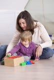 девушка играя малыша Стоковые Изображения